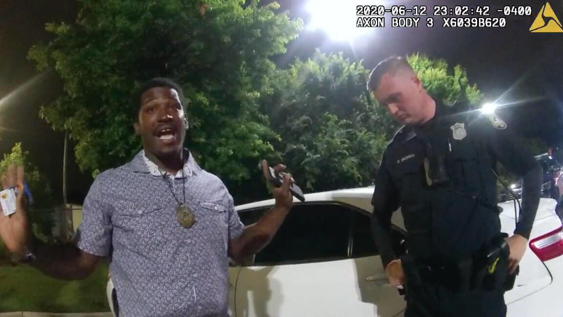 Screenshot aus einem von der Atlanta Police Department bereitgestellten Körperkamera-Video. Links Rayshard Brooks rechts Polizist Garrett Rolfe