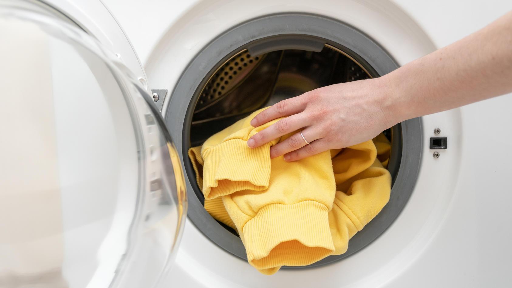 Beim Waschen von Sportkleidung gibt es einige Dinge, auf die man achten sollte.