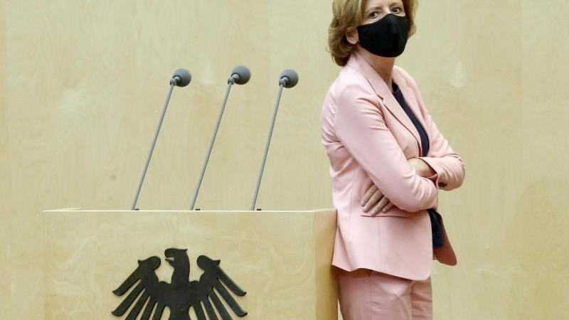 Malu Dreyer (SPD), Ministerpräsidentin von Rheinland-Pfalz, steht im Bundestag. Foto: Wolfgang Kumm/dpa/Archivbild
