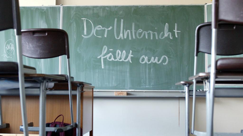 Der Unterricht faellt aus , steht auf einer Schultafel geschrieben . Radevormwald , Deutschland . Blackboard . Radevormwald , Germany . 30.03.2004 , Radevormwald DEU Deutschland PUBLICATIONxINxGERxSUIxAUTxONLY Copyright: xThomasxImox