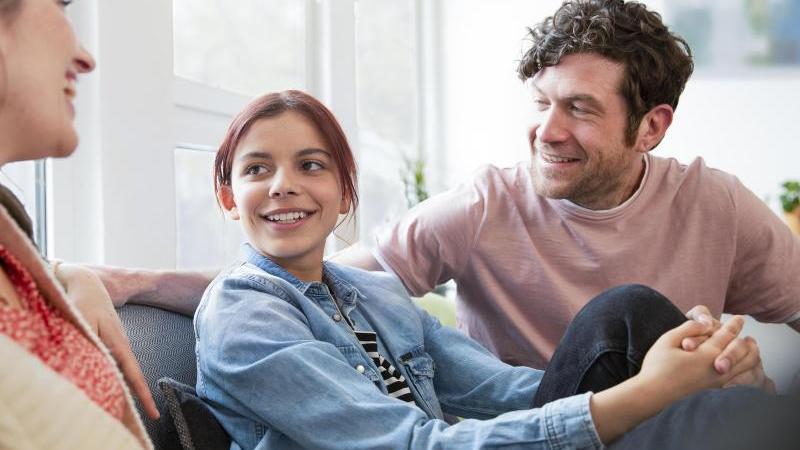 In Verhandlung treten: Wenn die Kinder älter werden, ist es wichtig, regelmäßig mit ihnen über die Aufgabenverteilung in der Familie zu sprechen. Foto: Florian Küttler/Westend61/dpa-tmn
