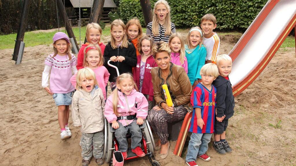 """""""RTL - Wir helfen Kindern"""" 2010: Sylvie van der Vaart engagiert sich für den Bau eines Begegnungshofes für behinderte und nichtbehinderte Kinder in der Region Bergstrasse. Dort sollen Kinder wie die kleine Leonie (7)  u.a. durch tiertherapeutische"""