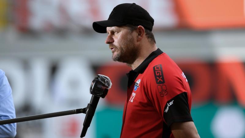 Trainer Steffen Baumgart von Paderborn gibt vor dem Spiel ein Interview. Foto: Ina Fassbender/AFP-Pool/dpa