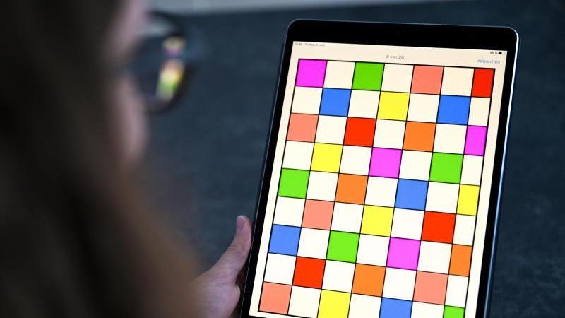 Ein Tablet mit Baby-Sprach-Labor-App. Foto: Felix Kästle/dpa/Archivbild