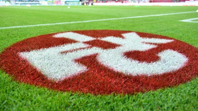 Das Logo des 1. FC Kaiserslautern ist auf dem Spielfeld zu sehen. Foto: picture alliance / dpa/Archivbild