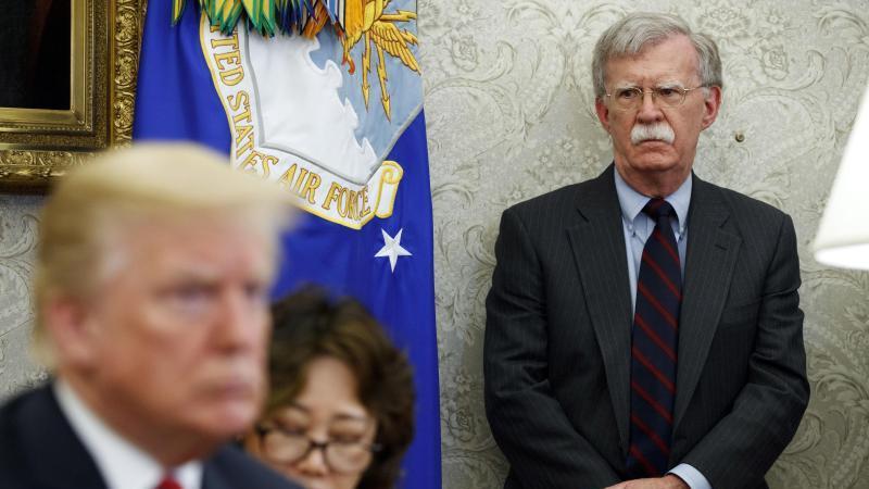 Der damalige US-Sicherheitsberater John Bolton im Mai 2018 neben Donald Trump. Foto: Evan Vucci/AP/dpa