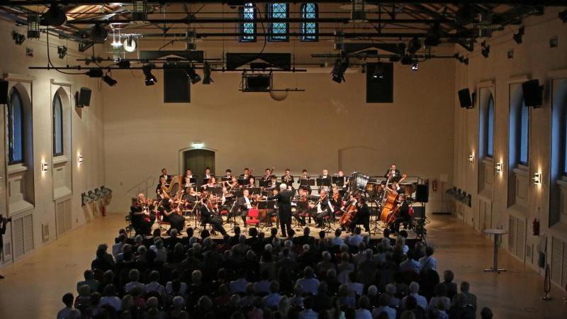Das Philharmonische Kammerorchester spielt bei den Schlossfestspielen Wernigerode. Foto: Matthias Bein/dpa-Zentralbild/dpa/Archivbild