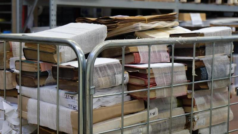 Bücher, die nach der Gefriertrocknung in Binden gewickelt sind, warten auf ihre Restauration. Foto: Alvise Armellini/dpa