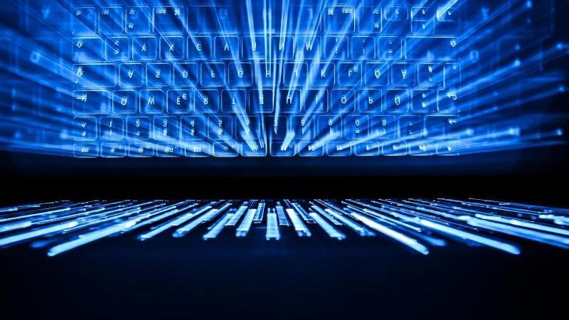 Die Tastatur von einem Laptop leuchtet blau. Foto: Silas Stein/dpa/Symbolbild