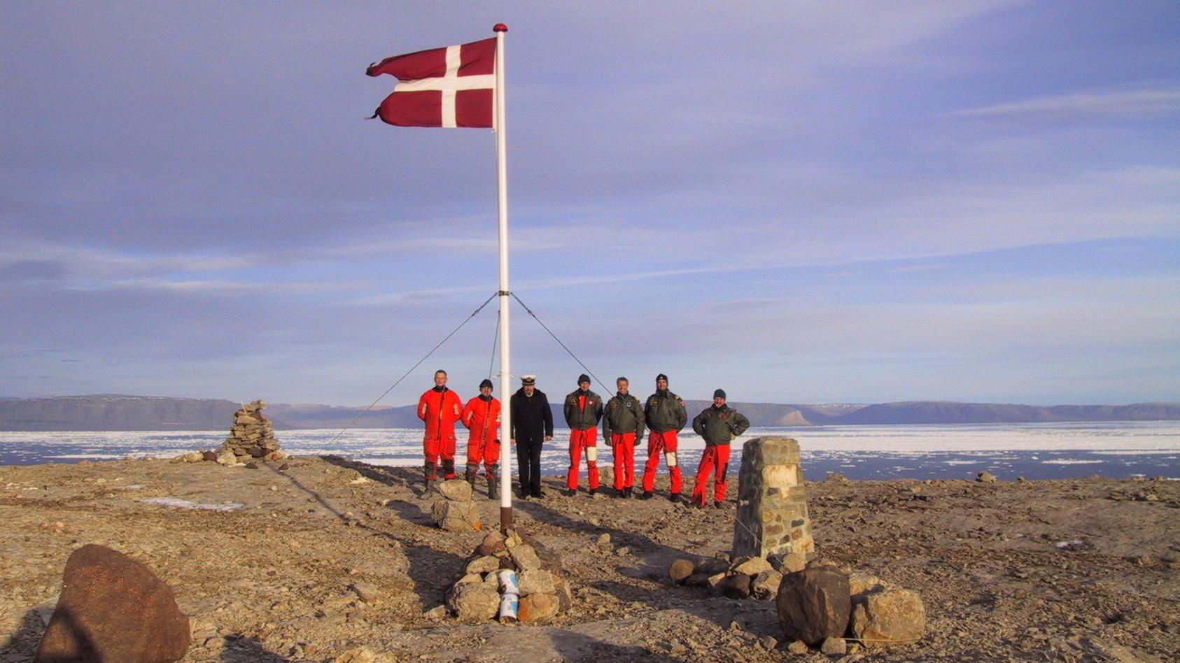Eine weitere Runde im Hans-Insel-Konflikt: Dänische Marine-Soldaten platzieren die dänische Flagge auf dem Felsen.