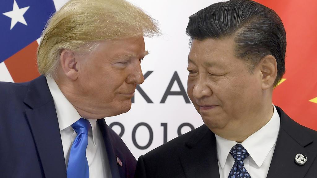 """ARCHIV - 29.06.2019, Japan, Osaka: Präsident Donald Trump (l) trifft den chinesischen Präsidenten Xi Jinping während eines Treffens am Rande des G-20-Gipfels. (zu dpa """"Boltons Buch: Ex-Sicherheitsberater rechnet mit Trump ab"""" am 18.06.2020) Foto: Sus"""