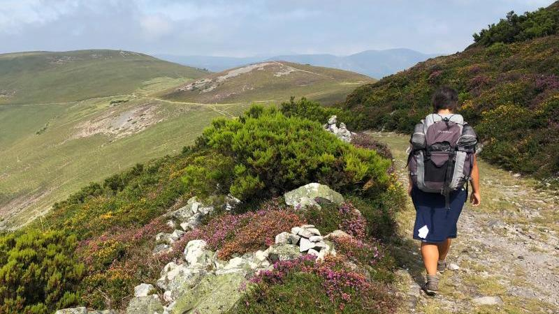 Pilgerin auf dem Camino Primitivo - hier auf dem Gebirgsweg von Borres zum Pass del Palo.