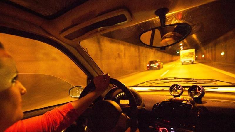 Eine Tunnelfahrt ist für viele Autofahrer Routine - doch anderen wird in der Röhre schnell mulmig. Foto: Christin Klose/dpa-tmn