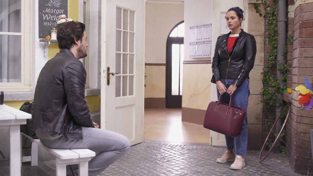 Unter uns: Saskia und Jakob treffen im Innenhof aufeinander.