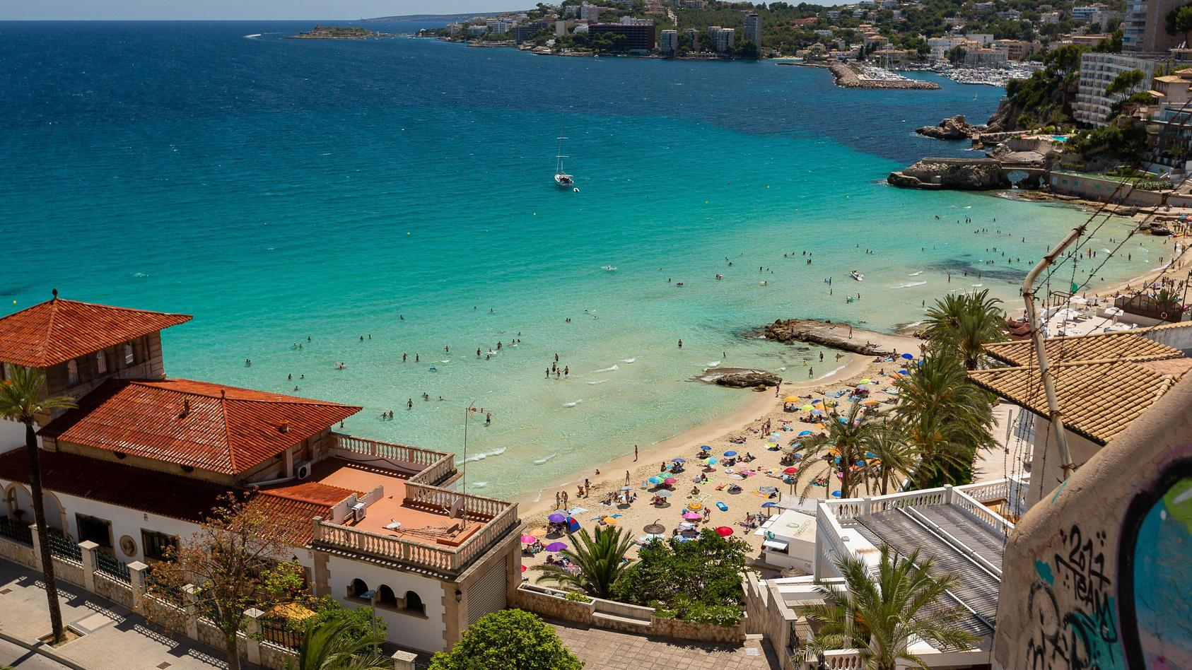 In Deutschland sowie im Ausland gelten für Urlauber die unterschiedlichsten Corona-Regelungen,