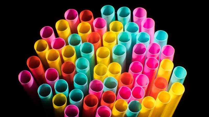2018 war der Beschluss gefallen, ab Sommer 2021 in der EU Einwegprodukte aus Kunststoff, für die es gute Alternativen gibt, zu verbieten. Das betrifft etwa Plastikbesteck und -teller sowie Strohhalme. Foto: Julian Stratenschulte/dpa