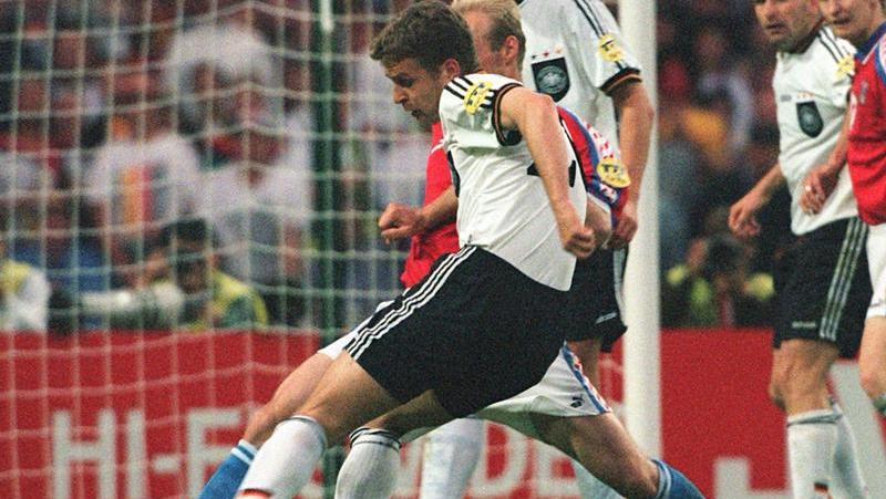 Oliver Bierhoff (vorn) erzielt 1996 aus der Drehung das Golden Goal im Wembleystadion. Foto: Oliver Berg