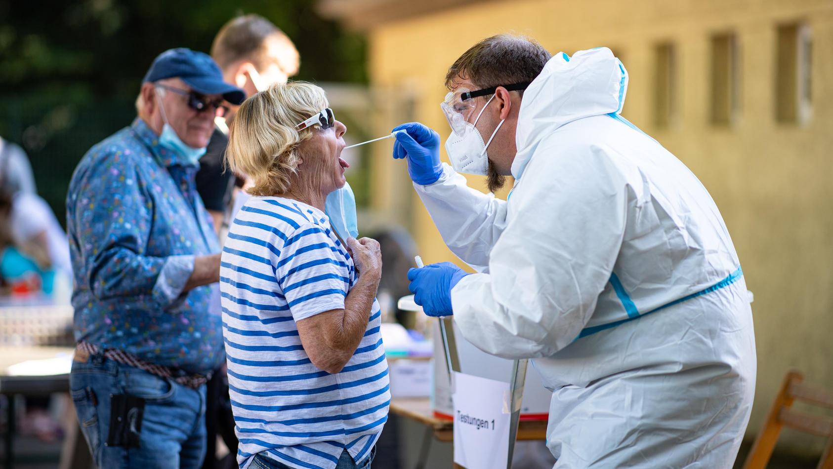 Durch Coronavirus-Ausbrüche - wie beispielsweise hier bei Tönnies - befürchten viele, dass jetzt eine zweite Welle kommt.