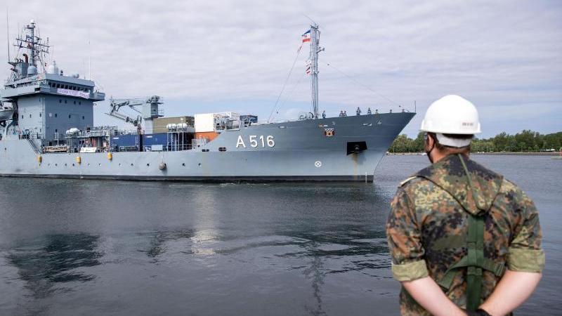 """Der Marine-Tender """"Donau"""" macht in seinem bisherigen Heimathafen fest. Foto: Jens Büttner/dpa-Zentralbild/dpa"""