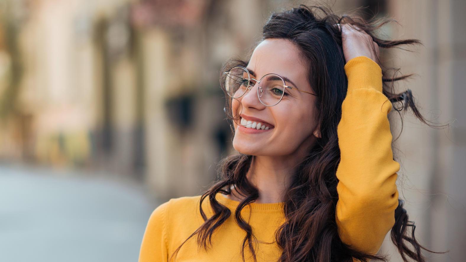 Wir verraten, wem der neue Brillen-Trend besonders gut steht