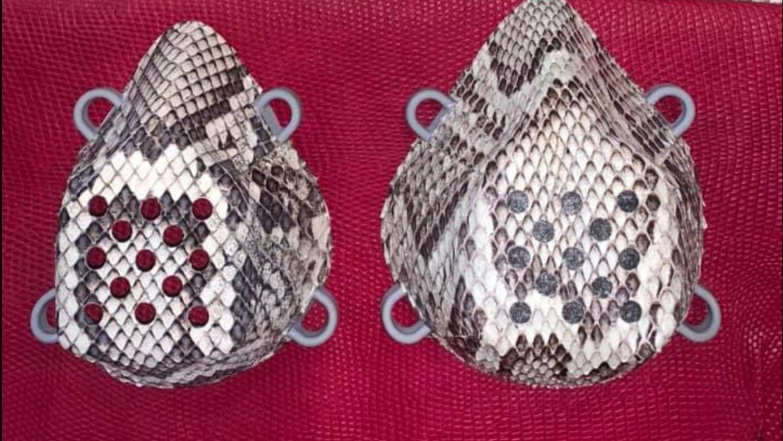 Der US-Amerikaner Brian Wood produziert diese Schlangenmasken.