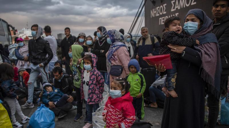 Flüchtlinge aus dem Lager Moria auf Lesbos gehen im Hafen von Piräus bei Athen an Land. Die Asylreform kommt seit Jahren kaum voran, weil die EU-Staaten vor allem bei der Verteilung von Schutzsuchenden völlig zerstritten sind. Foto: Angelos Tzortzinis/dpa