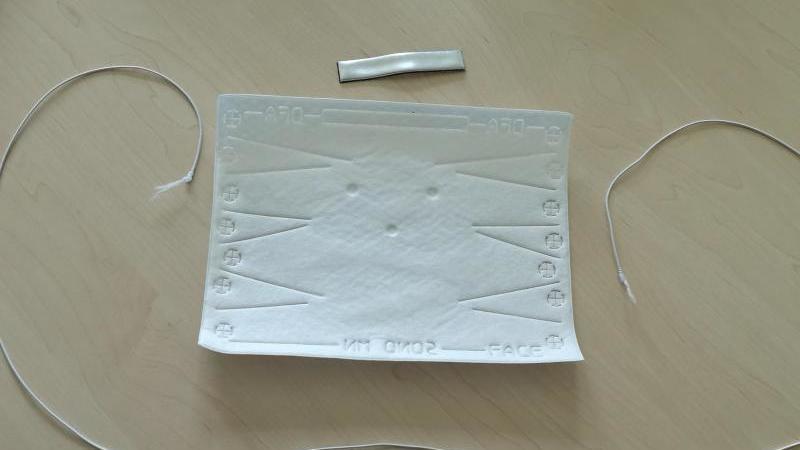 Der Bausatz einer Mund- und Nasenmaske liegt auf einem Tisch in einem Kindergarten. Foto: Nicole Wagner Greiner/ Ev. Jona Kindergarten Marsberg /dpa/Archivbild