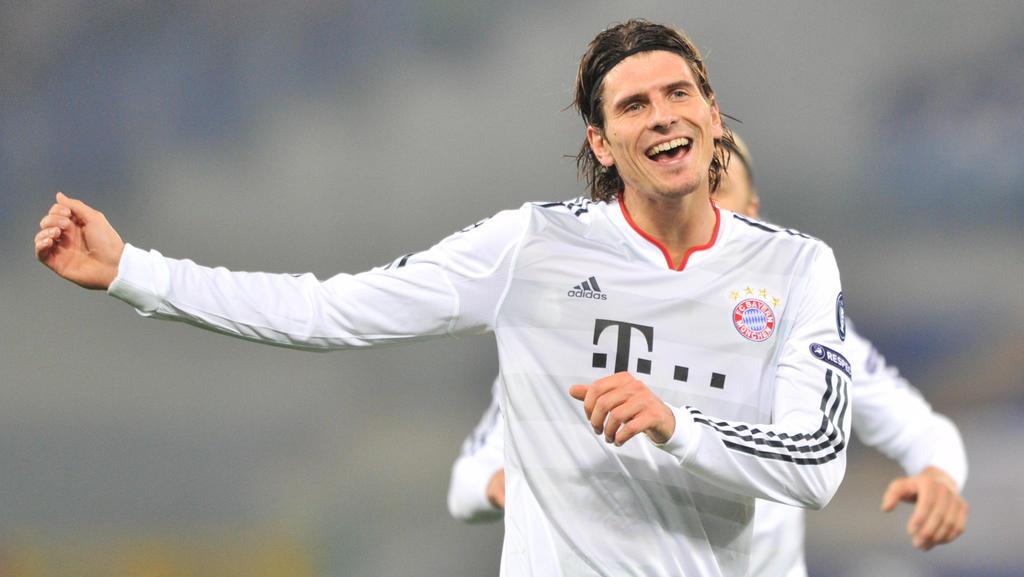 ARCHIV - Bayern Münchens Mario Gomez jubelt über sein Tor im Champions League Spiel gegen ASRom am 23.11.2010 in Rom. Tore, Tore, Tore - Mario Gomez will 2011 da weitermachen, wo er 2010 aufgehört hat. 20 Tore in 24 Pflichtspielen, die Hinrundenquot