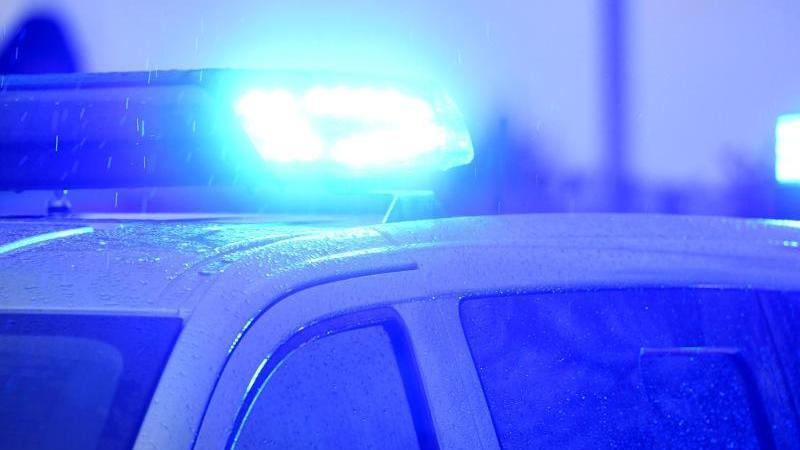 Ein Polizeifahrzeug steht mit eingeschaltetem Blaulicht. Foto: Carsten Rehder/dpa/Symbolbild
