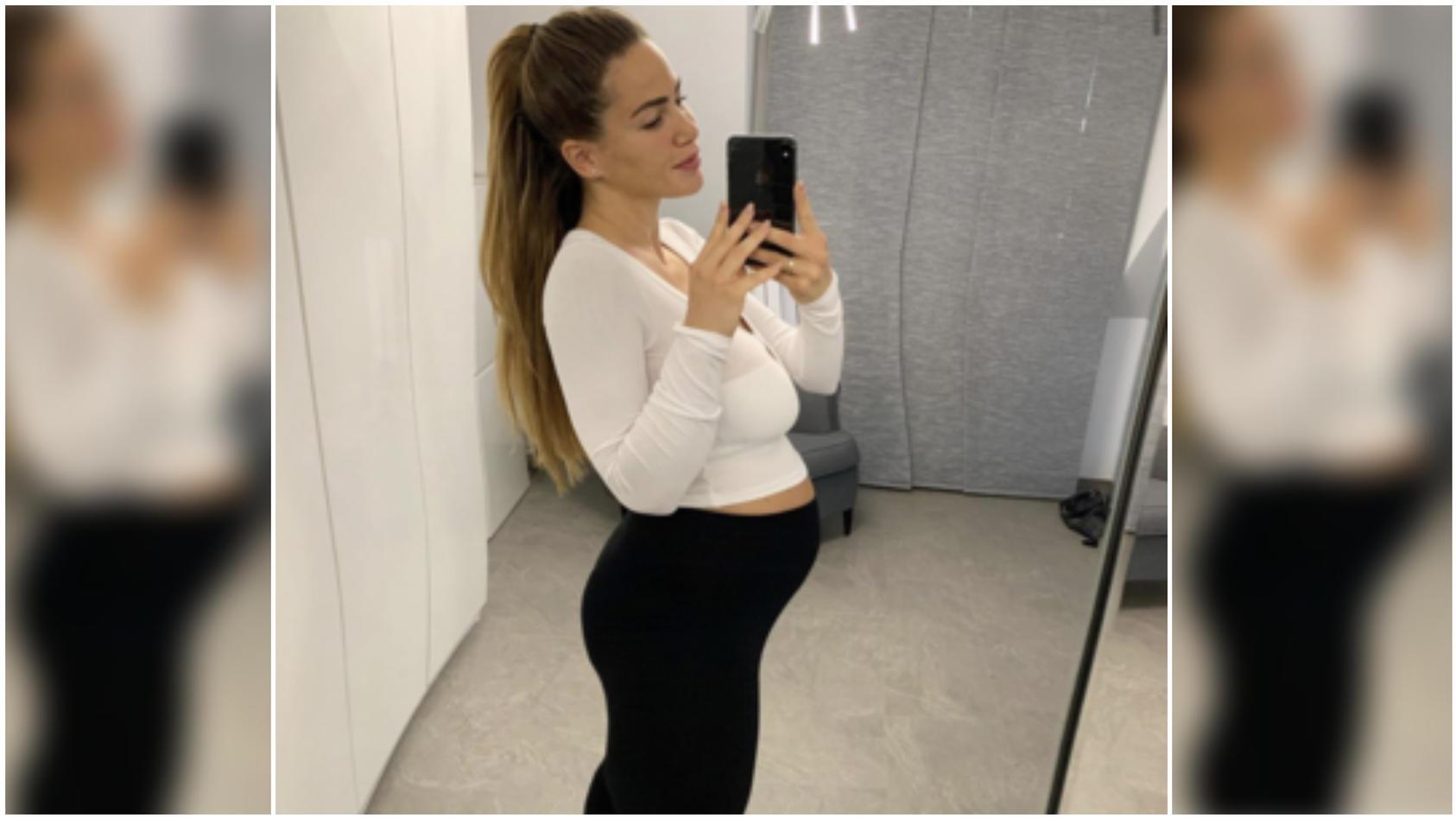 Die Schiebegardinen wölben sich ziemlich verdächtig: Angelina Heger reagiert mit diesem Bild auf ihren After-Baby-Body-Shitstorm – und beweist Humor.  Instagram: @angelina.pannek
