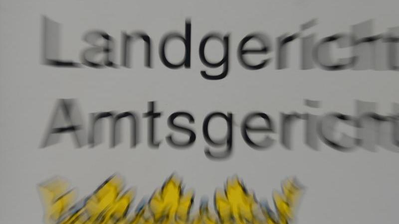 """Ein Schild mit der Aufschrift """"Landgericht"""" und """"Amtsgericht"""" am Gerichtsgebäude in Frankfurt. Foto: Arne Dedert/dpa/Symbolbild"""