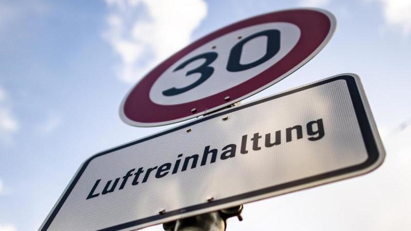 Ein Verkehrzeichen für Tempo 30. Foto: David Inderlied/dpa