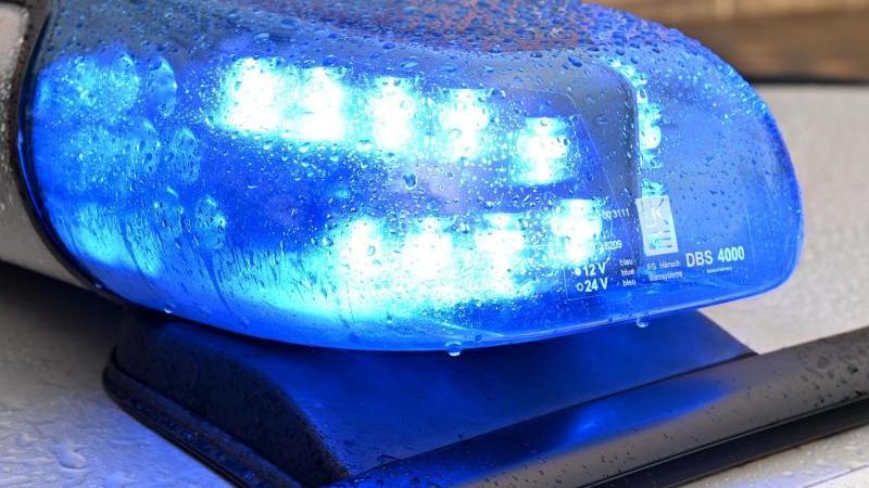 Ein Streifenwagen der Polizei steht mit eingeschaltetem Blaulicht. Foto: Carsten Rehder/dpa