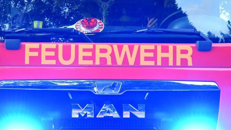 Feuerwehrmänner sitzen in ihrem Fahrzeug. Foto: Carsten Rehder/dpa/Archivbild