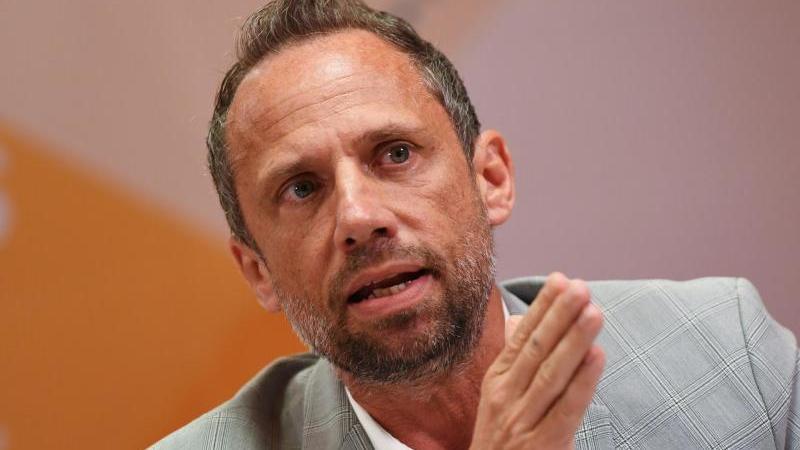 Der bayerische Umweltminister Thorsten Glauber (Freie Wähler) spricht zur Presse. Foto: Angelika Warmuth/dpa