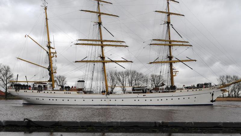 """Das Segelschulschiff der Deutschen Marine """"Gorch Fock"""" steht im Hafen von Stralsund. Foto: picture alliance / dpa"""