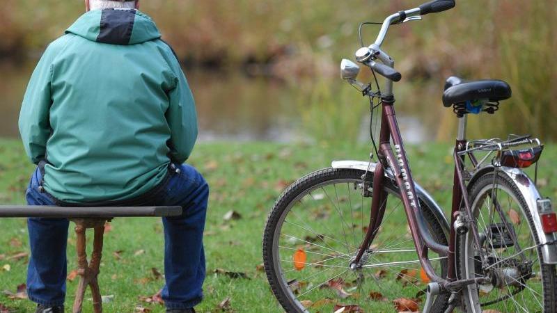 Nach jahrelangen Rentensteigerungen könnte die übliche Erhöhung der Altersbezüge im kommenden Jahr im Westen Deutschlands ausfallen. Foto: Patrick Pleul/dpa-Zentralbild/dpa