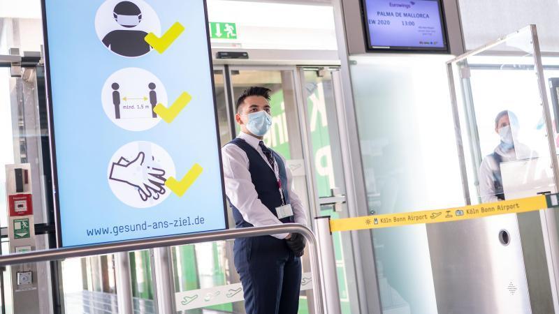 Abstand halten, Maske tragen: Flugreisende müssen sich in diesem Sommer an Regeln halten, um eine erneute, größere Ausbreitung des Coronavirus zu verhindern. Foto: Marius Becker/dpa/dpa-tmn