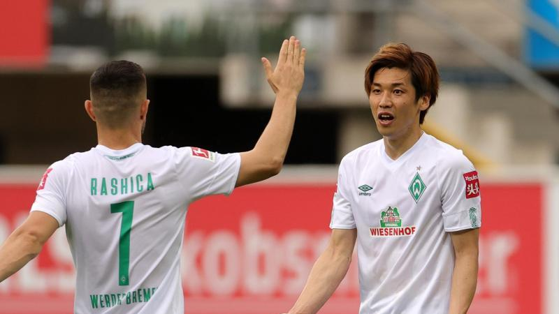 Yuya Osako (r) und Milot Rashica sollen Werder zum Klassenerhalt schießen. Foto: Friedemann Vogel/EPA/Pool/dpa