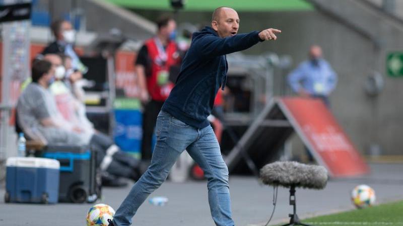 Duisburgs Trainer Torsten Lieberknecht gestikuliert. Foto: Bernd Thissen/dpa/Archivbild