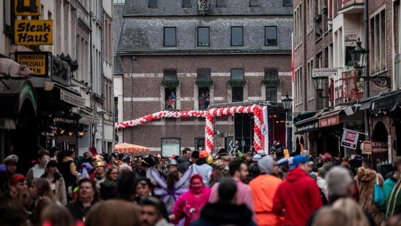 Karnevalisten feiern in der Düsseldorfer Altstadt. Foto: Fabian Strauch/dpa/Archivbild