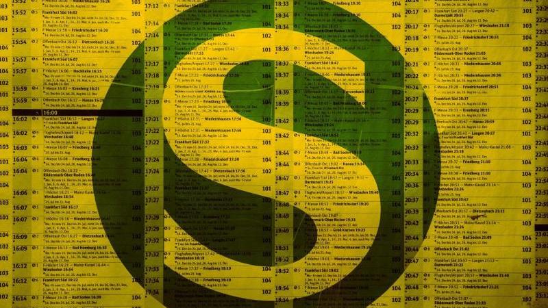 Das S-Bahnsymbol auf einem Fahrplan. Foto: picture alliance / dpa/Symbolbild