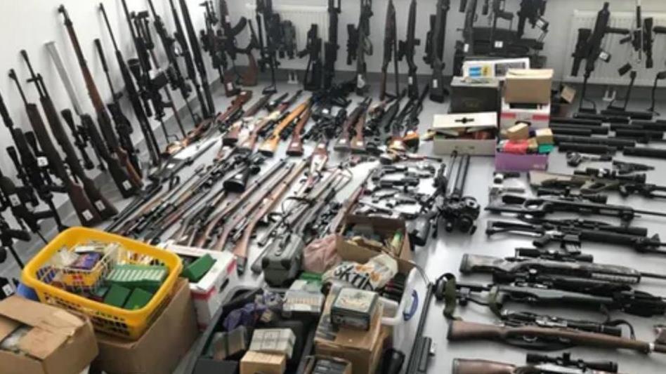 Die Polizei stellen mehr als 100 Waffen in Österreich sicher.