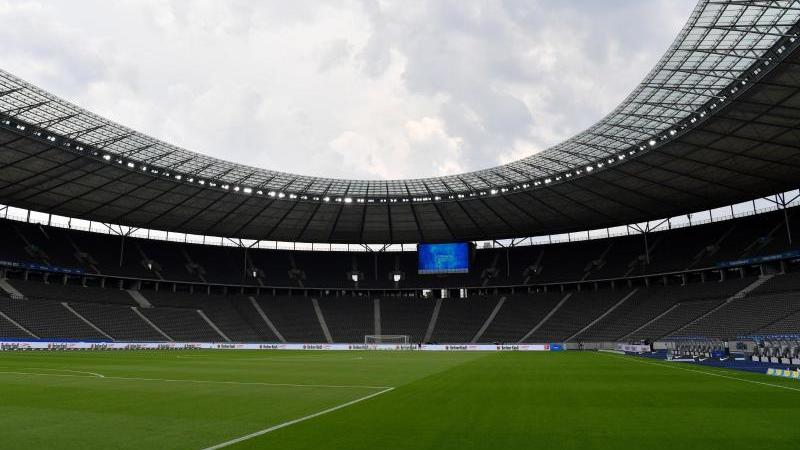 Das leere Olympiastadion vor Beginn eines Spiels. Foto: John Macdougall/AFP-POOL/dpa/Archivbild