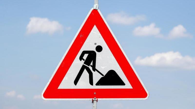Ein Schild weist auf eine Baustelle hin. Foto: Jan Woitas/dpa-Zentralbild/dpa/Archivbild