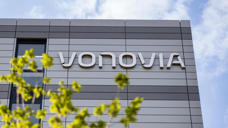 """Der Schriftzug des Wohnungsunternehmens """"Vonovia"""" an der Firmenzentrale. Foto: Marcel Kusch/dpa/Archivbild"""