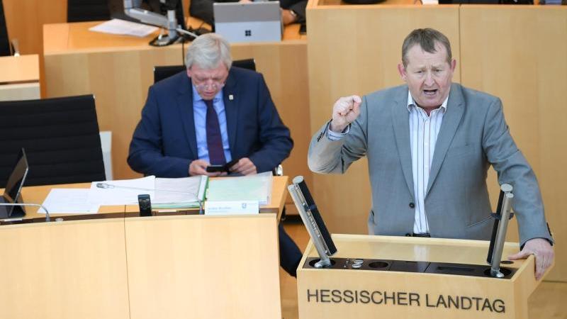 Der Landtagsabgeordnete Günter Rudolph (SPD, r) spricht im Plenarsaal des hessischen Landtags. Foto: Arne Dedert/dpa/Archivbild