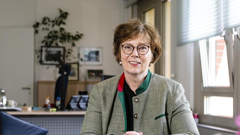 Sabine Sütterlin-Waack (CDU), Innenministerin von Schleswig-Holstein, sitzt in ihrem Büro. Foto: Frank Molter/dpa/Archivbild