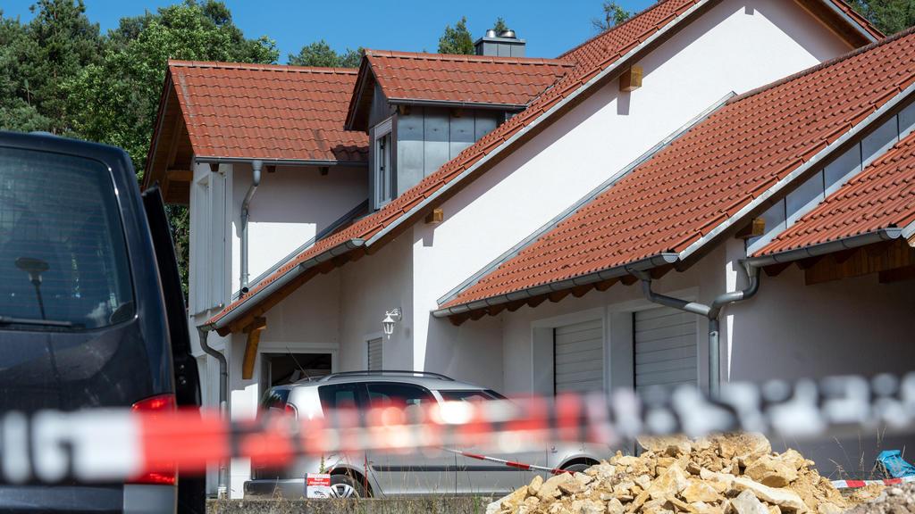 29.06.2020, Bayern, Schwandorf: Absperrband der Polizei ist vor einem Haus angebracht. In dem Einfamilienhaus sind zwei Leichen entdeckt worden. Nähere Angaben zu den Opfern und zu den Umständen ihres Todes machte die Polizei zunächst nicht. Foto: Ar