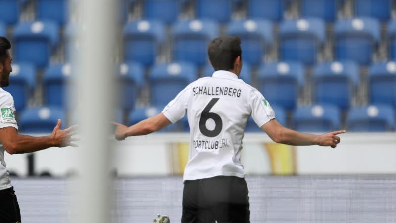 Verls Torschütze Ron Schallenberg (r) feiert seinen Treffer zum 1:1 mit Aygün Yildirim (l). Foto: Friso Gentsch/dpa